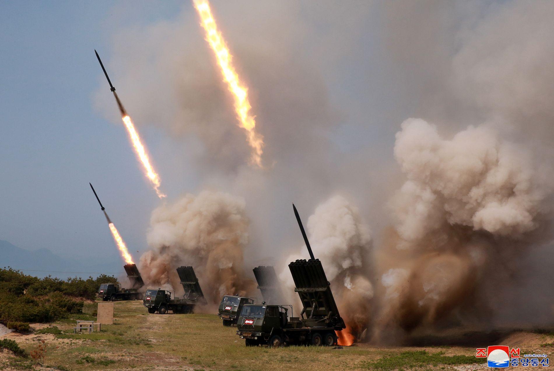 MISSILTEST: Bildet fra Nord-Koreas nyhetsbyrå KCNA skal angivelig vise kortdistansemissilene som ble avfyrt lørdag.