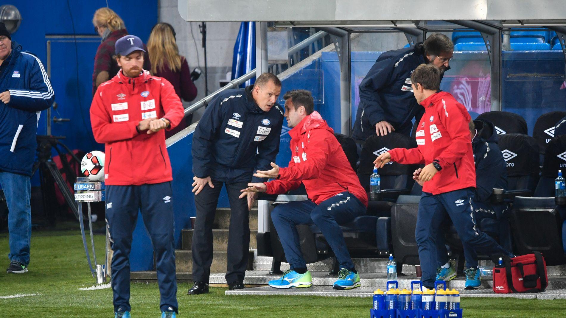 SCENESKIFTE: Kjetil Rekdal og Ronny Deila diskuterer underveis i 1-1-kampen mot Stabæk den 16. oktober. I 2017 er Ronny Deila hovedtrener, mens Kjetil Rekdal blir klubbens sportsdirektør.