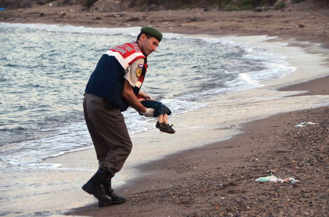 BAR ALAN: - Da jeg nærmet meg barnet på stranden, sa jeg til meg selv: «Kjære Gud, jeg håper han er i live, sier polititjenestemannen Memhet Ciplak.