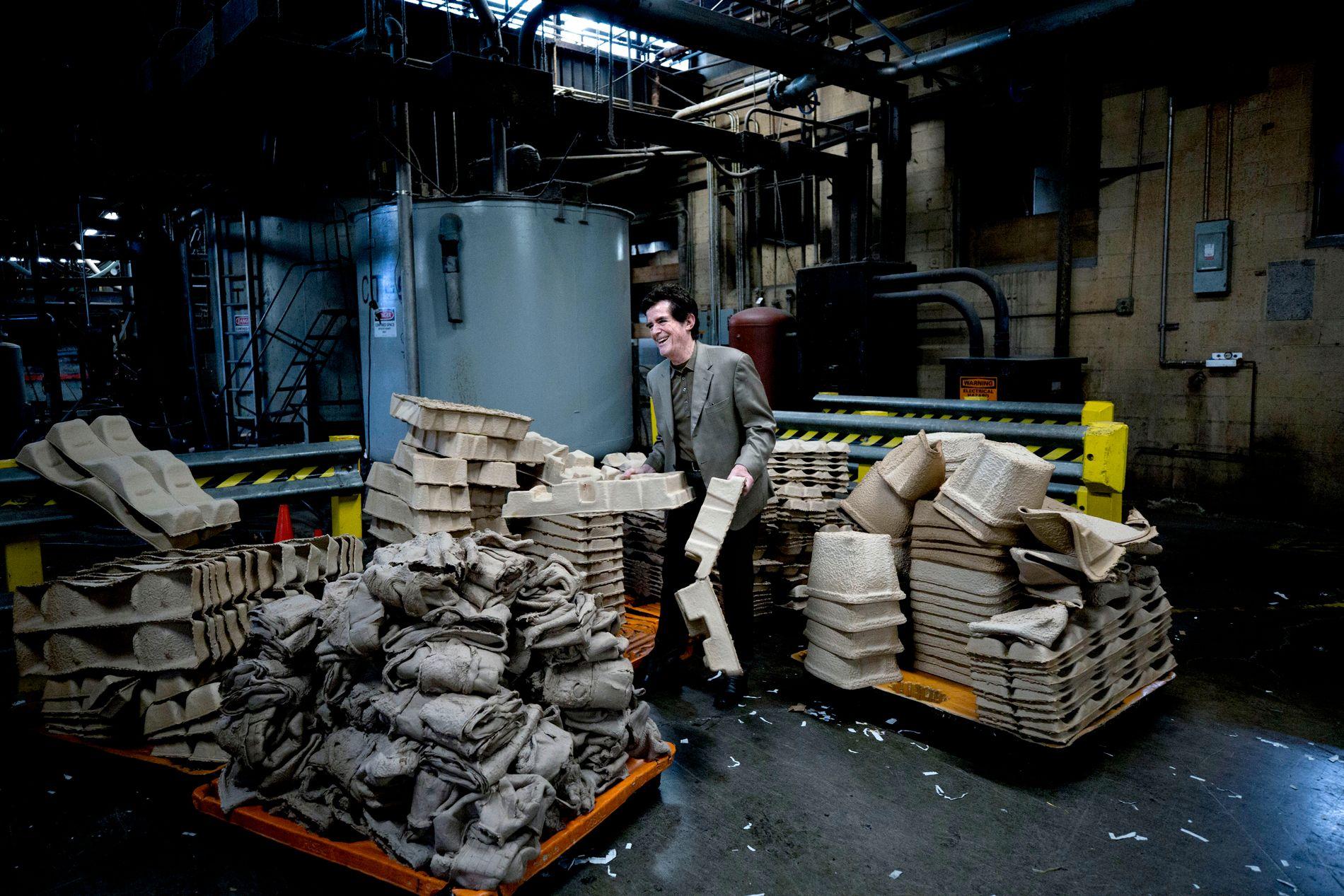 VETERAN PÅ JOBB: Doug Henry og hans bedrift resirkulerer papir og støper fiberemballasje som brukes til å beskytte produkter i alle former. Hans far med samme navn startet bedriften i 1962.