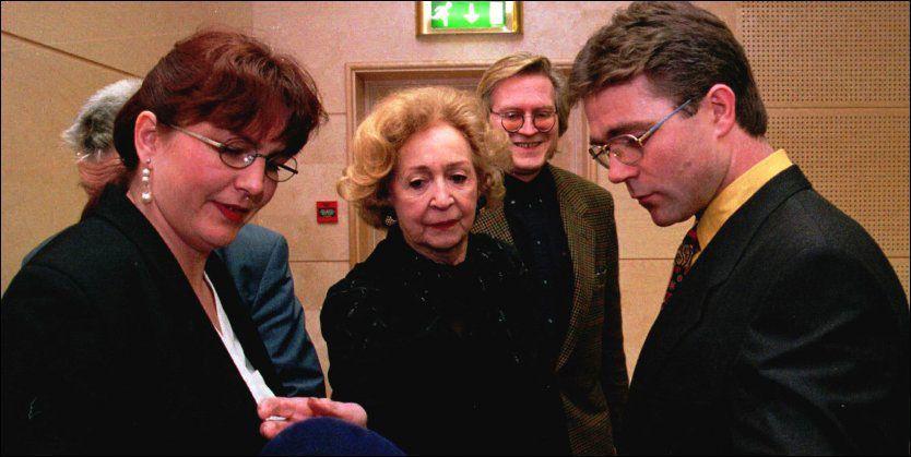 RØDSETH-SAKEN: Wenche Foss (i midten) sammen med Sveinung Rødseth og hans tidligere kone May Britt i en pause under et rettsmøte i Ålesund i 1997. Foto: Scanpix