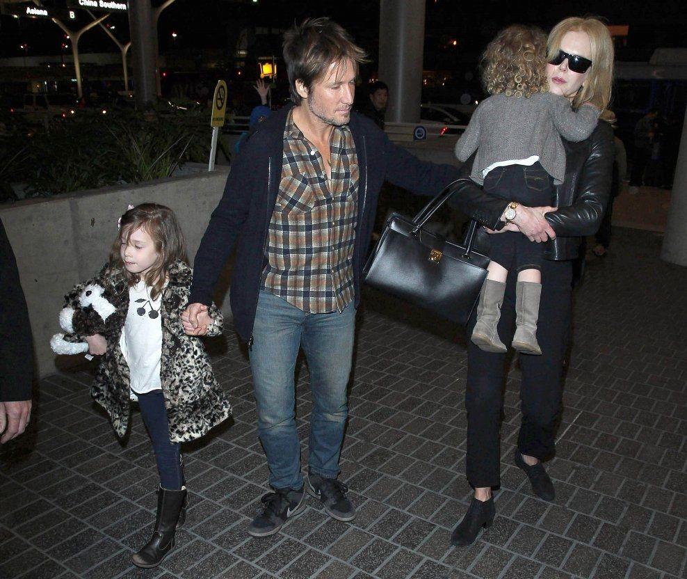 Nicole Kidman får ros av ektemannen Keith Urban for måten hun holder familien samlet på. Her med familien i Los Angeles tidligere i år. Foto: Pa Photos