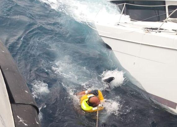 MÅTTE REDDES: Et hull i skroget gjorde at den nyinnkjøpte båten til Arne Gjevik fra Trondheim (på bildet) forliste.