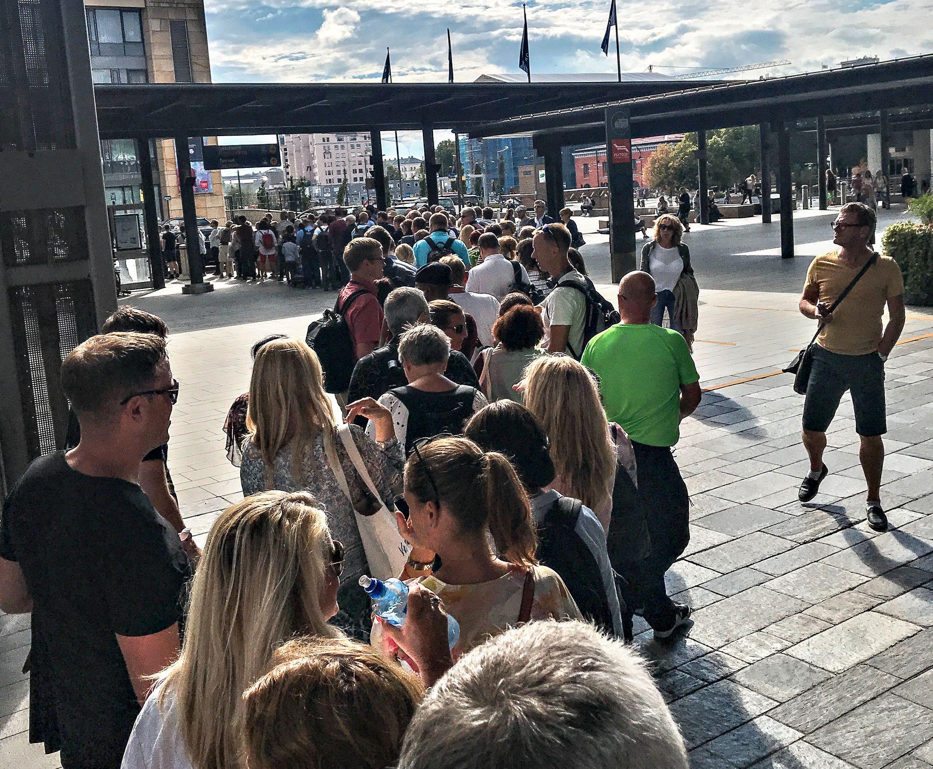KAOS: Slik så det ut på Oslo S tirsdag ettermiddag.  De siste dagene har det vært innstilte tog og lange køer.
