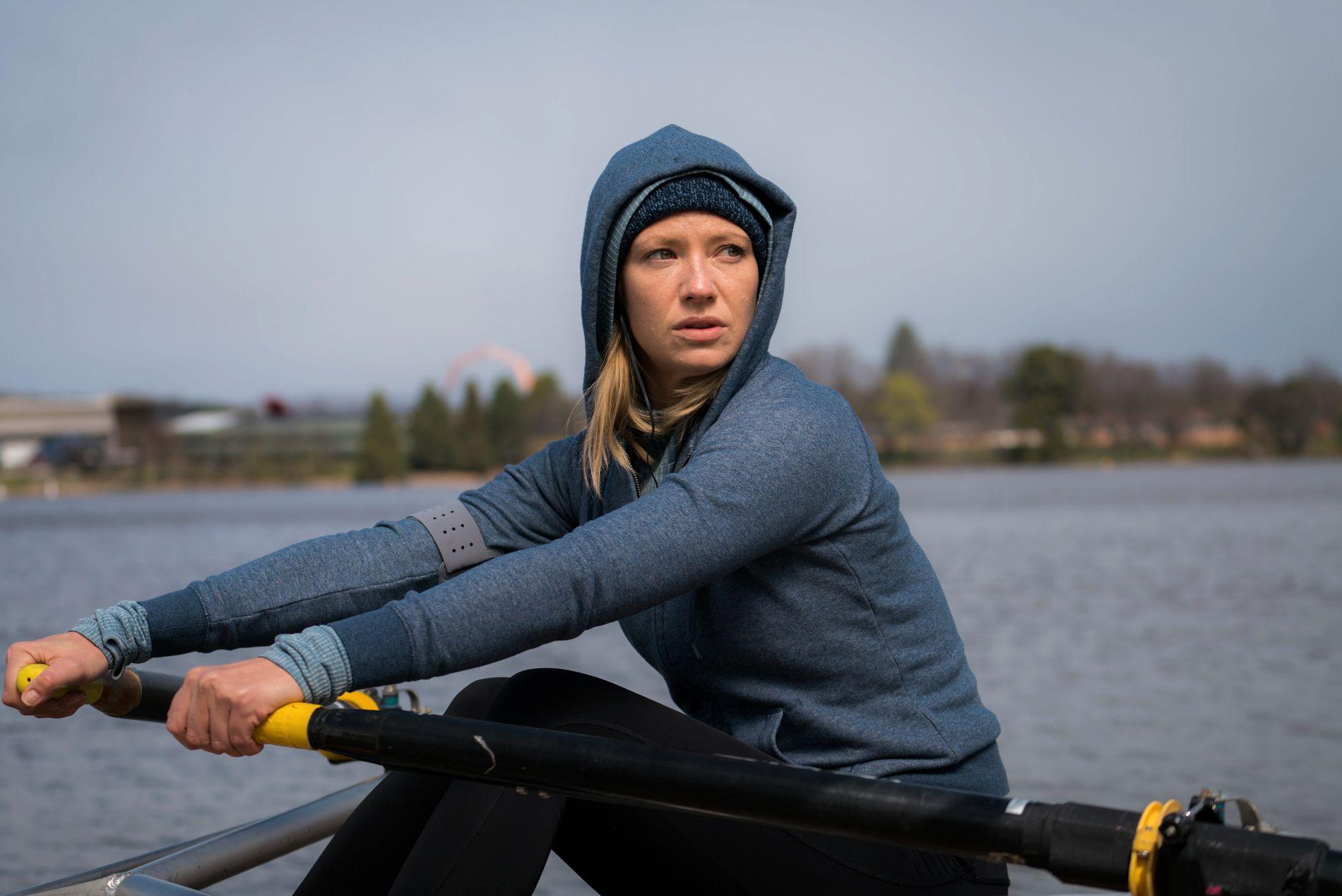 NYSGJERRIG: Anna Torv spiller politisk journalist som snubler over en død kropp som blir hentet opp av vannet, og deretter vikler seg inn i en intrikat sak.