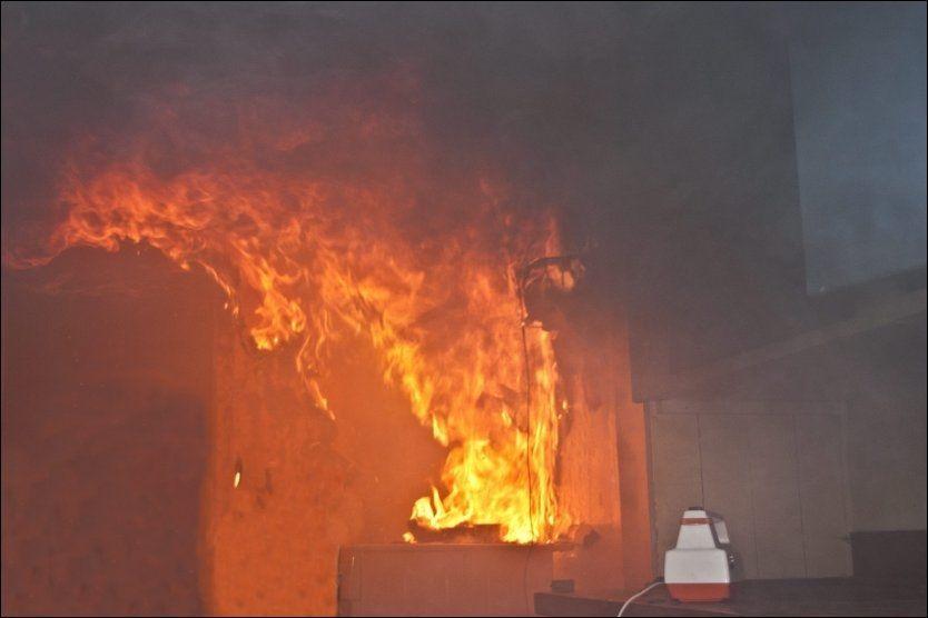 BRANNMÅNED: I desember er det dramatisk økning i antall branner enn ellers på året. Et lite øyeblikks uoppmerksomhet kan gjøre store skader.Foto: Thor Adolfsen i Norsk brannvernforening.