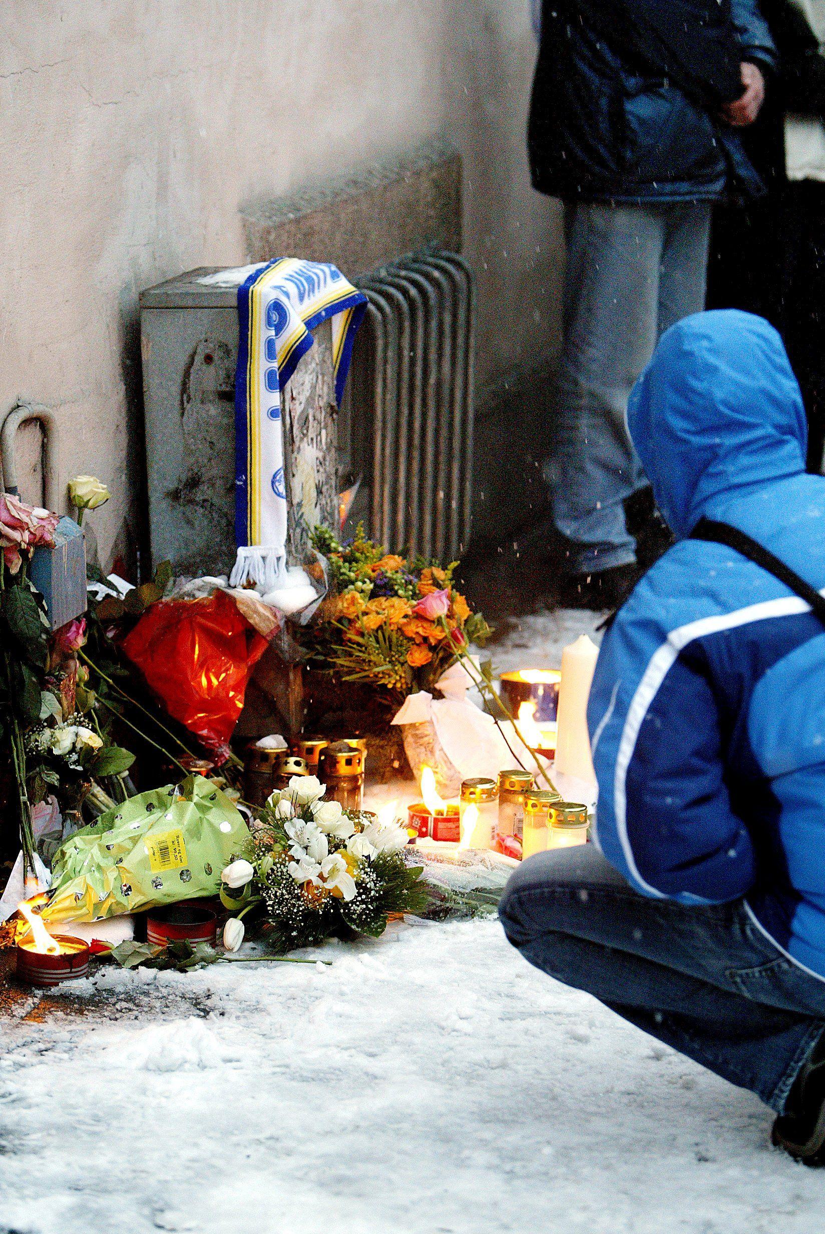 MINNEMARSJ: Her blir blomster og lys lagt på åstedet etter drapet, til minne om Egil.