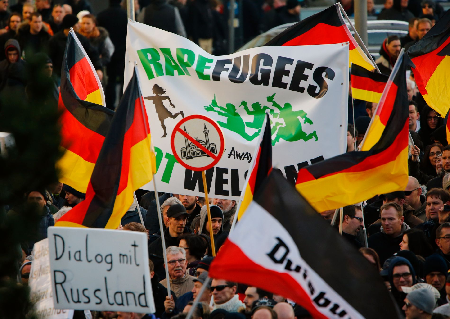 FORAKT MOT FLYKTNINGER: Anti-immigrasjonsbevegelsen PEGIDA demonstrerer mot flyktninger, kort tid etter masseovergrepene i Köln på nyttårsaften i fjor.  REUTERS/Wolfgang Rattay