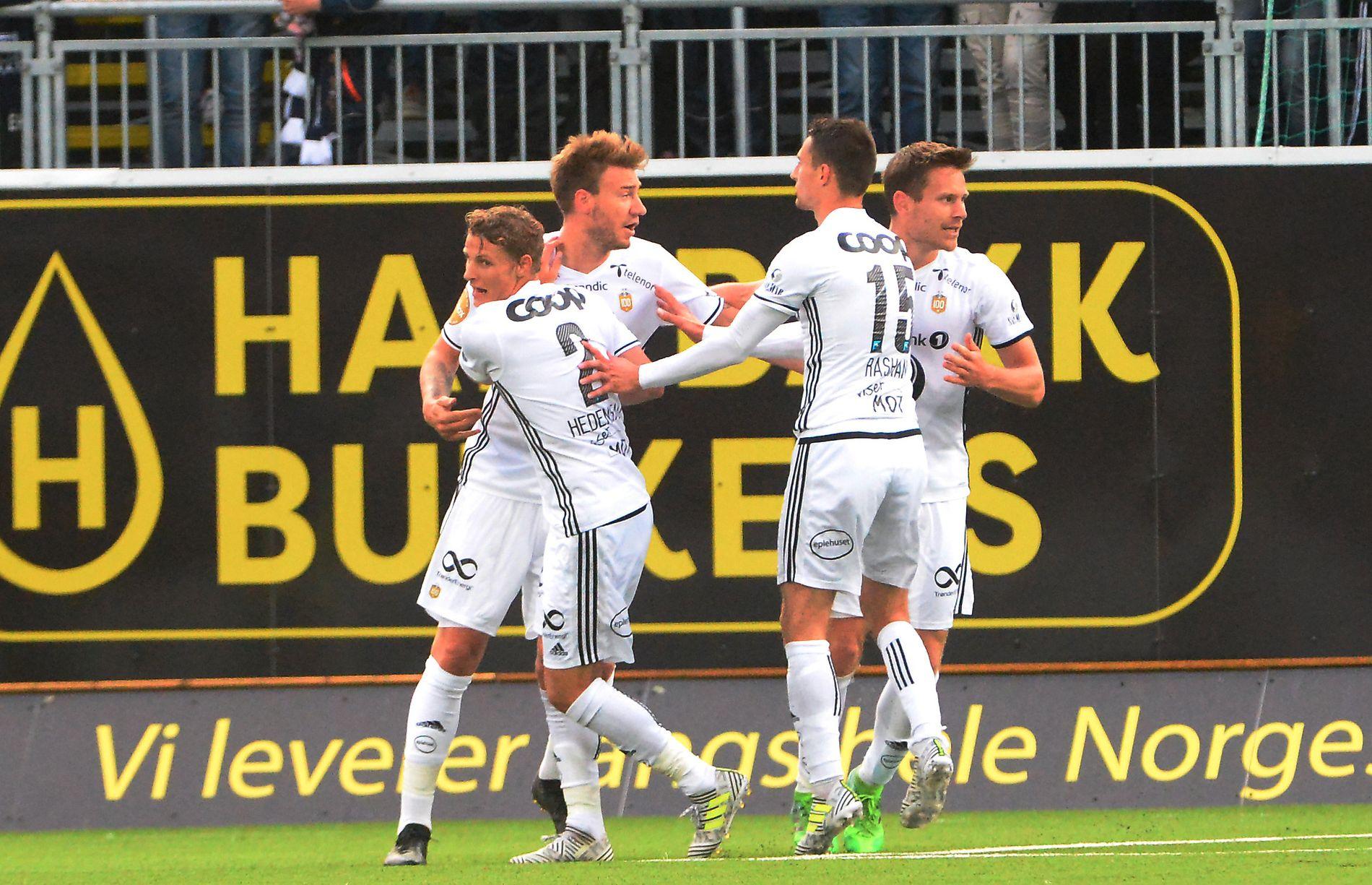 BERGET ETT POENG: Nicklas Bendtners overtidsscoring reddet ett RBK-poeng i Kristiansund. Her gratuleres dansken av Vegar Eggen Hedenstad, Elba Rashani og Matthías Vilhjálmsson.