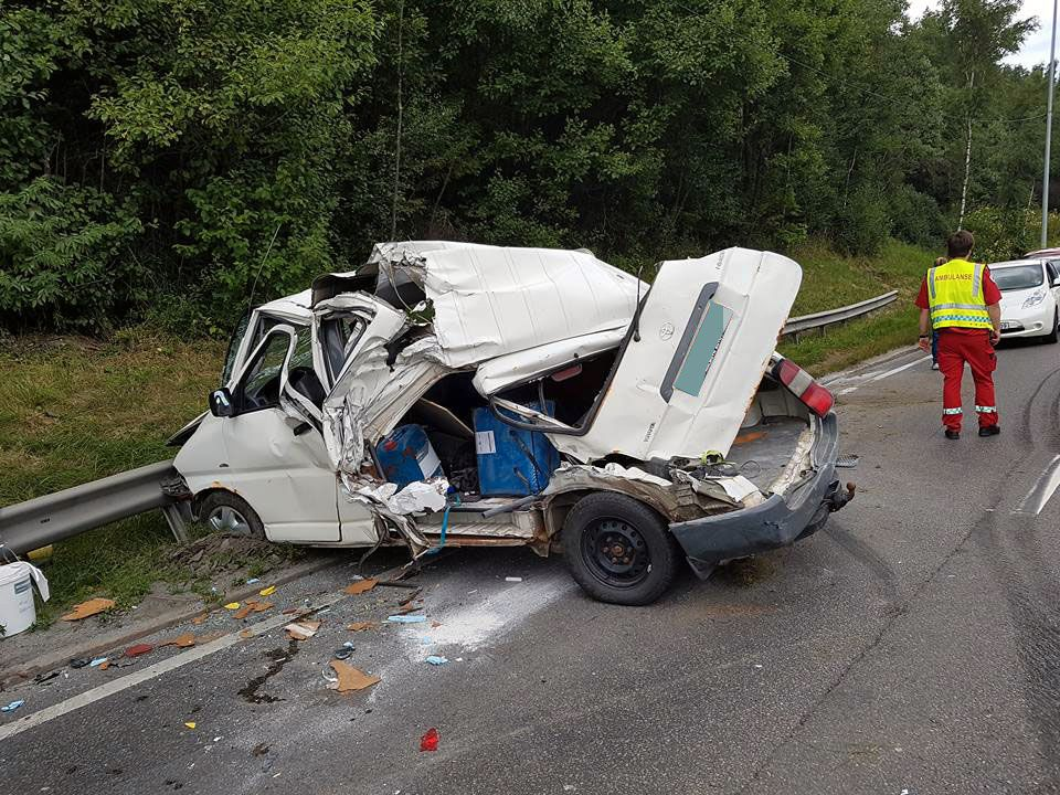 VOLDSOMT: Det var store materielle skader på kjøretøyet til 34-åringen etter ulykken torsdag formiddag.