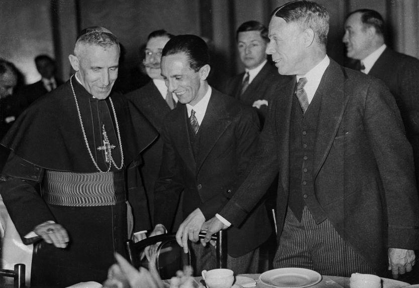 NAZIVENNLIG: USAs Tyskland-ambassadør William E. Dodd til høyre, i selskap med pavens utsending til Tyskland Cesare Orsenigo og Hitlers propagandaminister Joseph Goebbels, Berlin 1934. Foto: BETTMANN/CORBIS