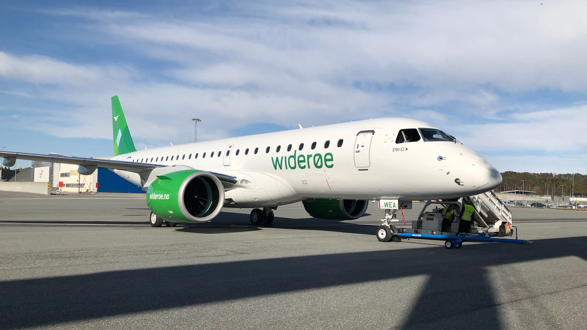 Widerøes nye og moderne regionaljetfly Embraer E2-190 lander for første gang på norsk jord på Flesland 12. april 2018. Selskapet har totalt tre fly i flåten, og opsjoner på flere fly.