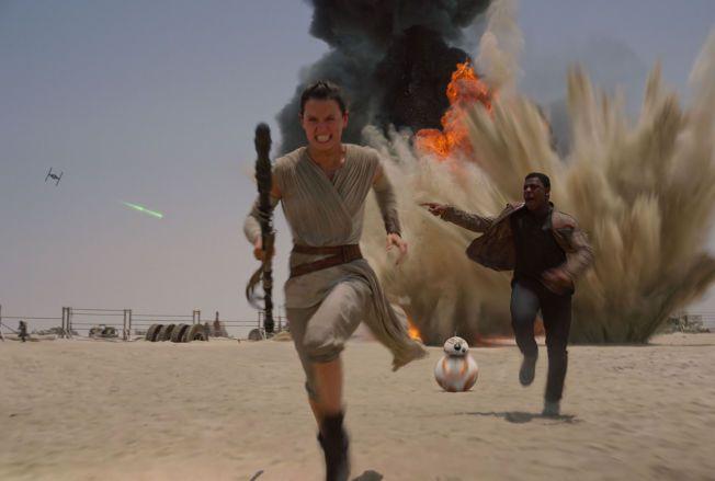 NYE TIDER, nye helter: Daisy Ridley og John Boyega i en særdeles vital «Star Wars: The Force Awakens».