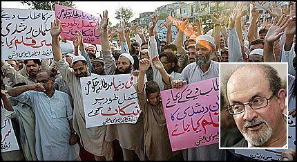 KREVER RUSHDIES HODE PÅ ET FAT: Pakistanske handelsmenn demonstrerte mot adlingen av forfatter Salman Rushdie ved Aabpara-markedet i Islamabad torsdag. Foto: AFP
