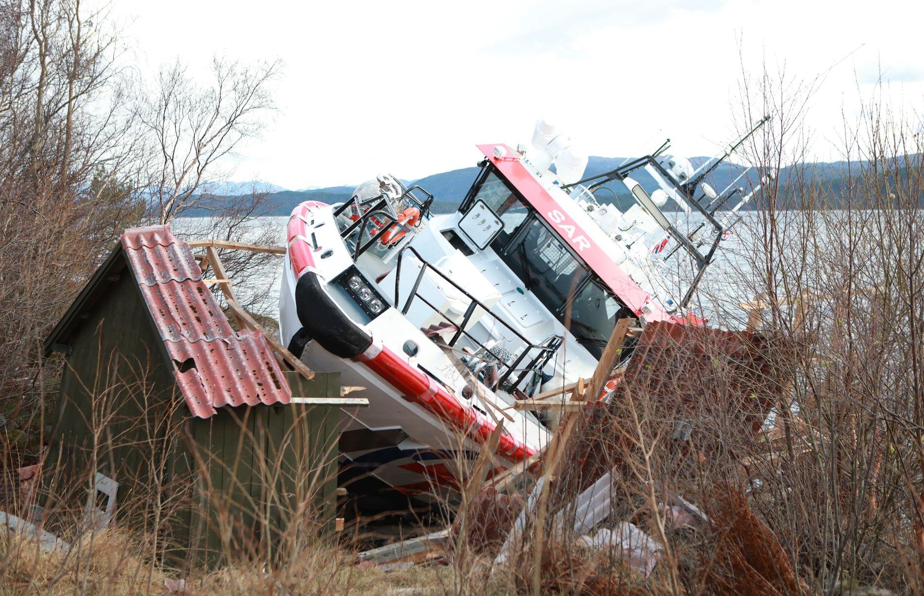 FULL FART: Torsdag traff redningsskøyten «Idar Ulstein» land og knuste et naust på Grytastranda i Haram kommune i Møre og Romsdal.