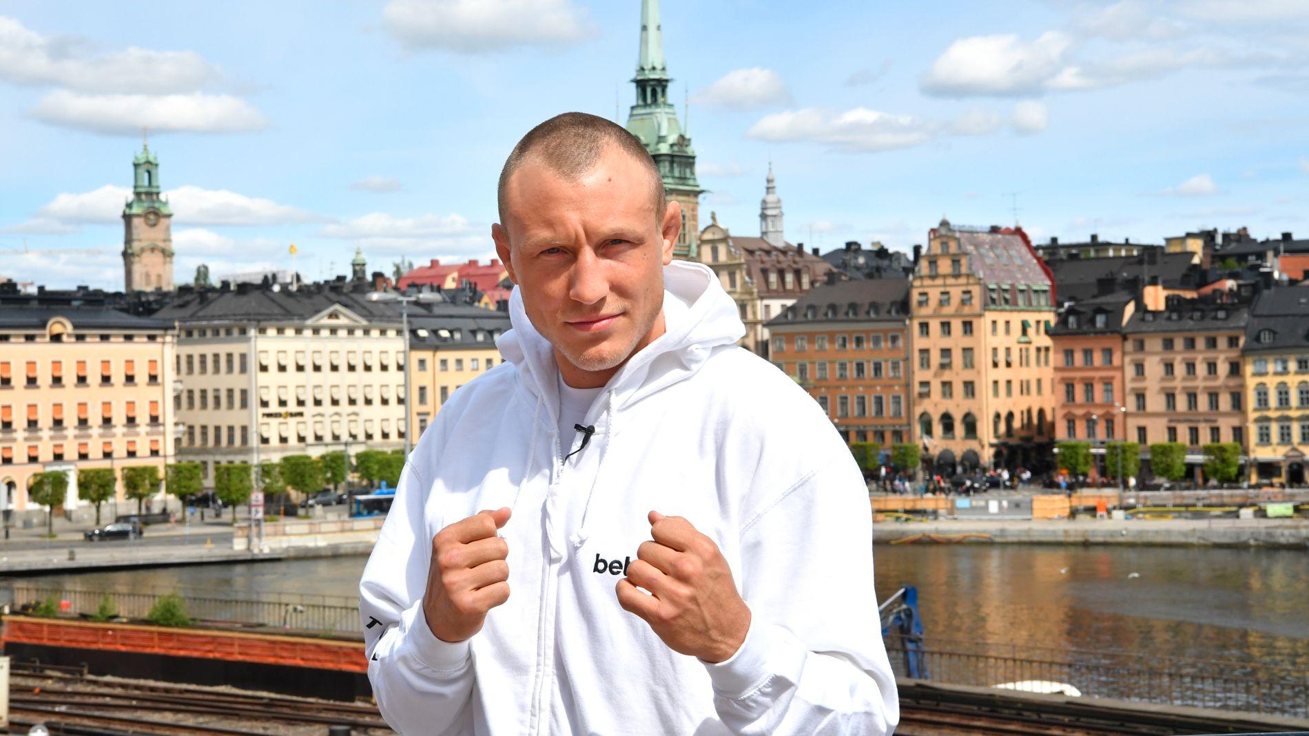 ENDELIG PÅ «HJEMMEBANE»: Jack Hermansson møter VG i Stockholm før han debuterer som MMA-proff i hjemlandet. Her foran Gamla Stan i den svenske hovedstaden.