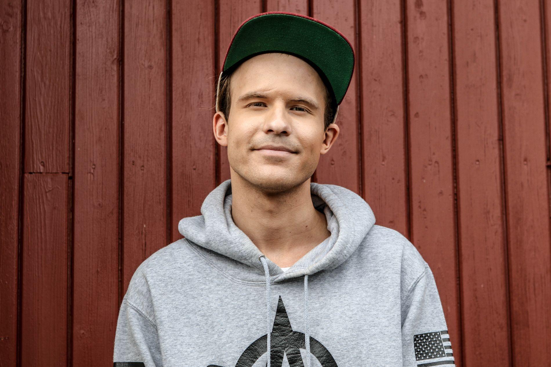 FÅTT SAMBOER: Morgan Sulele, eller Magnus Clausen, har flyttet sammen med Rebekka Norvik som han møtte på sin egen videoinnspilling.