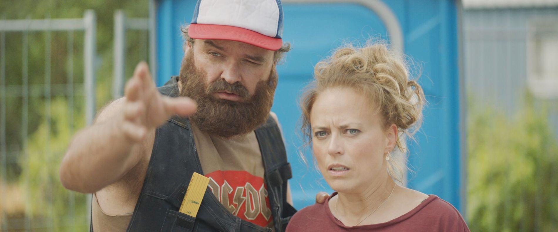 MANGE ROLLER: Atle Antonsen i en av rollene han spiller i «Norske byggeklosser», her sammen med Ine Jansen.