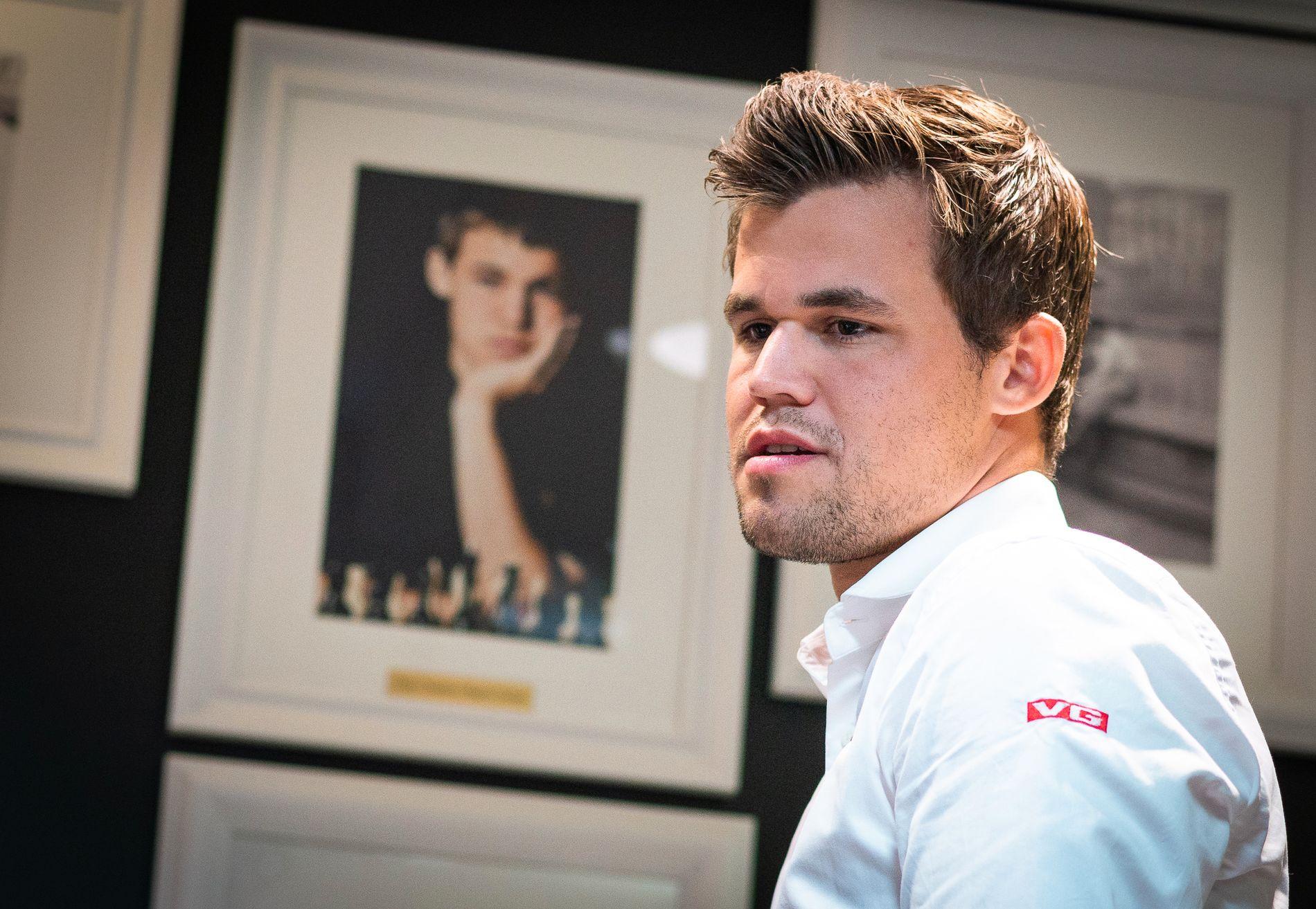 DOBBELT MAGNUS: Norges verdensmester fotografert i sjakk-lokalet i St. Louis, der han nå spiller Sinquefield Cup.