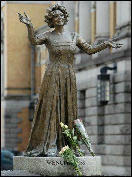 BLOMSTER: Allerede kort tid etter at hennes bortgang ble gjort kjent hadde de første blomstene blitt lagt ned ved statuen av Wenche Foss utenfor Nationalteatret i Oslo. Foto: Scanpix