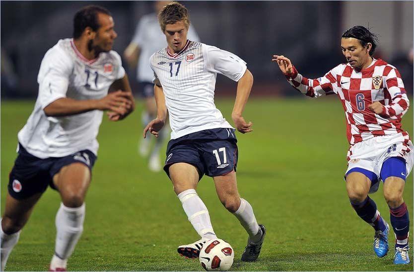 EN OMGANG: Markus Henriksen fikk bare en omgang i sin A-landslagsdebut mot Danijel Pranjic og Kroatia. Foto: Scanpix