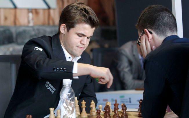 RIVALER: Magnus Carlsen spilte lørdag mot Fabiano Caruana i London Chess Classic. Dette bildet er fra et tidligere møte mellom dem.