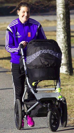 TRILLER VIDERE: Linn-Kristin Riegelhuth Koren på trilletur med datteren. Fra mandag er hun tilbake på fullti som håndballspiller i Larvik.