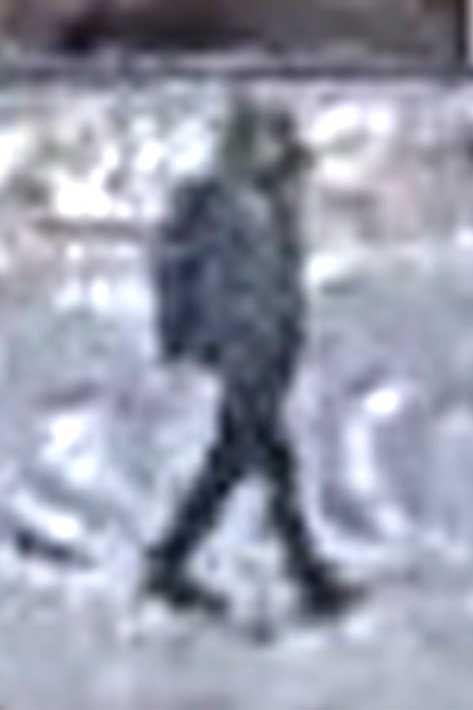 KLOKKEN 08.00: «Telefonmannen» på veien utenfor Futurum Næringspark. Idet han forsvinner ut av bildet, løfter han det som kan se ut som en mobiltelefon til øret med sin venstre hånd.