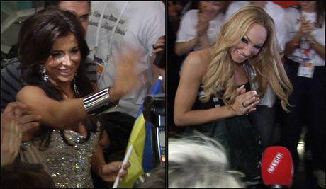 SKIFTET KJOLE: Ukrainske Ani Lorak og svenske Chrlotte Perrelli i gledesrus etter at de begge gikk videre i går kveld. De to entret pressekonferansen hakk i hæl, men Charlotte hadde rukket å bytte kjole. Foto: PÅL HANSEN, VGTV