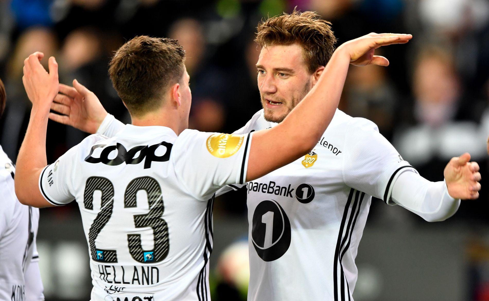 BENKET: Pål-André Helland og Nicklas Bendtner starter begge på benken for Rosenborg mot Sandefjord. Her feirer de scoring mot Odd søndag.