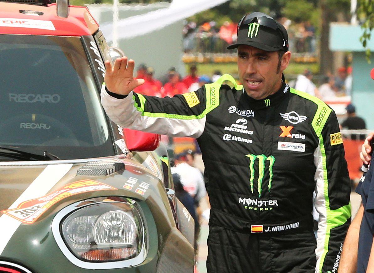 SKADET: Mini-fører Nani Roma fra Spania vinker ved starten på Dakar-rallyet. Mandag fikk han hode- og nakkeskader da bilen hans gikk rundt ute i ørkenen.