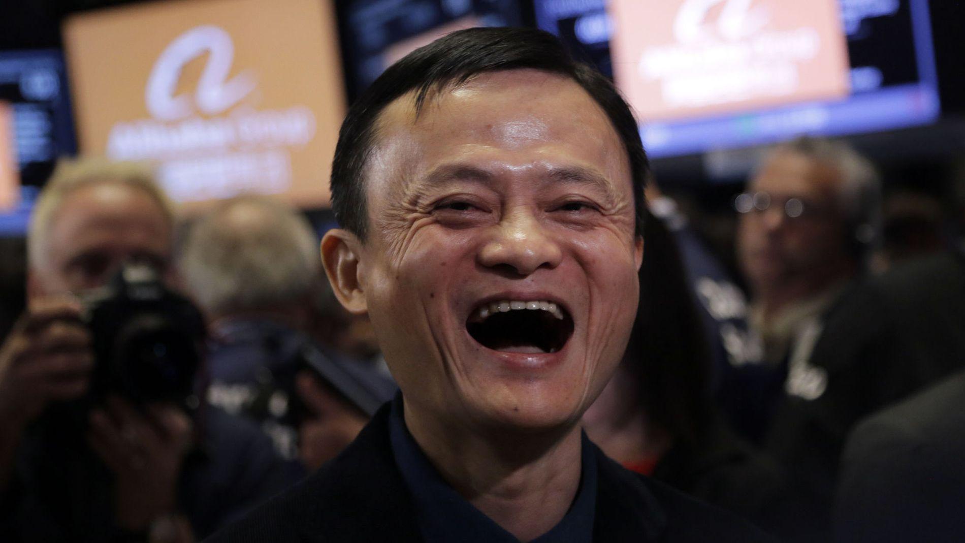 KINAS RIKESTE MANN: Selv om formuen til Alibaba-grunnlegger Jack Ma er astronomisk høy, har han i en rekke intervjuer hevdet at han levde et langt lykkeligere og bekymringsløst liv da han knapt hadde penger å rutte med. Likevel er han kjent for å trekke ofte på smilebåndene, blant annet da dette bildet ble tatt under børsnoteringen av Alibaba.
