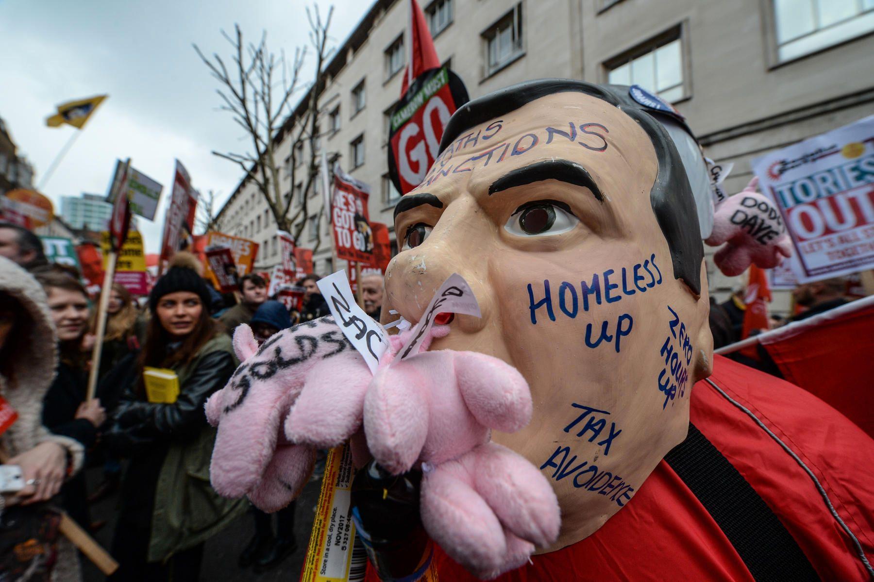 VARIERT: De fleste demonstrantene krever David Camerons avgang på grunn av omdiskuterte kutt i statsbudsjetettet. Noen, som denne karen, fant plass til kritikk også for statsministerens håndtering av skatteparadis-saken.
