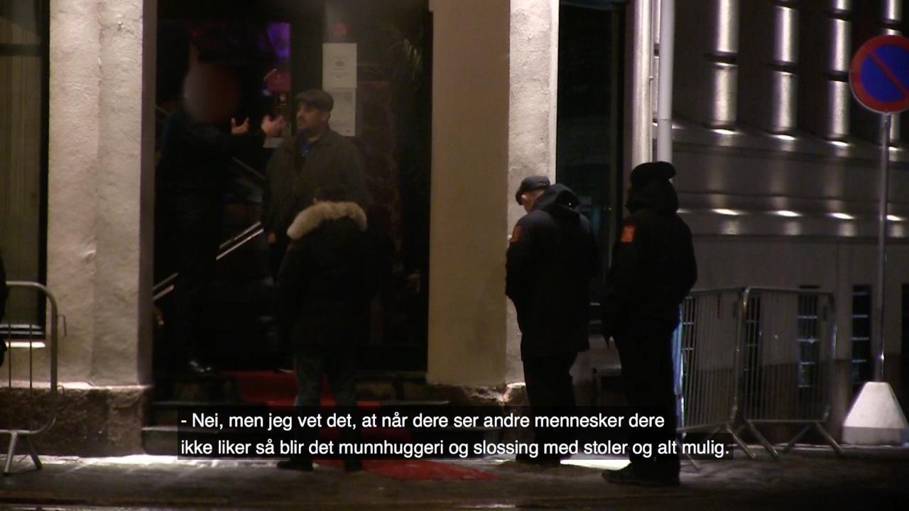 DISKRIMINERING: – På et utested i Oslo sentrum nektes en rom adgang av dørvakta fordi han har på seg joggesko. En ikke-romsk skuespiller ifører seg noen minutter senere de samme joggeskoene, går til det samme utestedet, hvor han slipper rett inn, selv om han eksplisitt spør om det er greit at han har på seg joggesko, skriver kronikkforfatterne. Bildet er hentet fra Gorm Gaares dokumentar «En for alle».