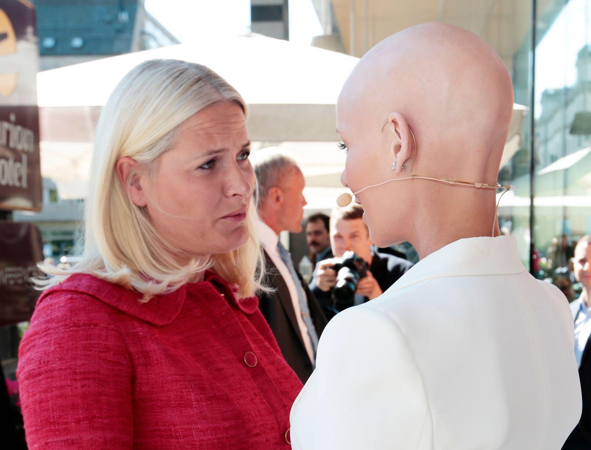 RØRT: Kronprinsesse Mette-Marit (t.v.) var rørt til tårer da hun møtte venninnen Gunhild Stordalen før Stordalen holdt sin tale på EAT-konferansen mandag.