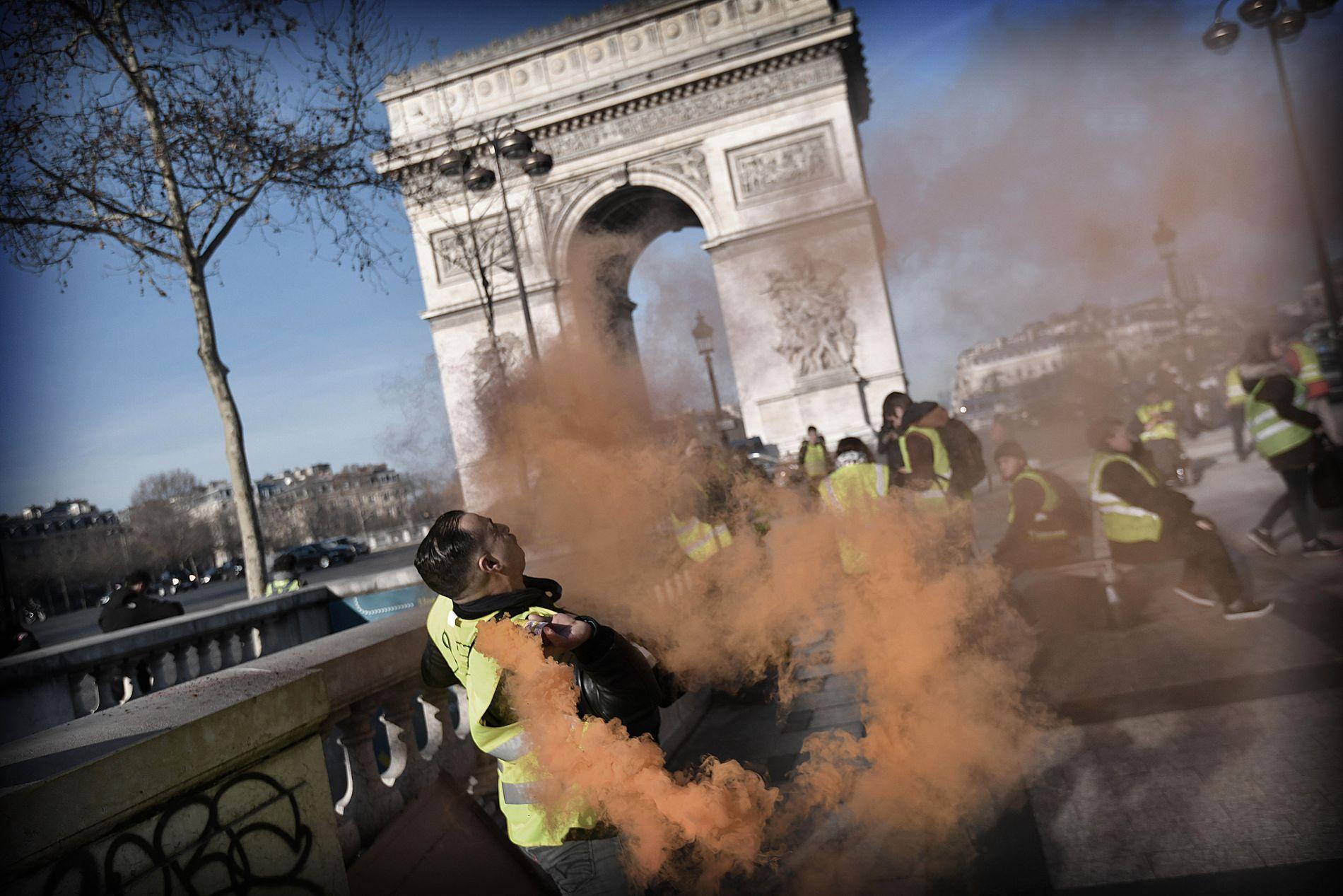 GULE VESTER: Hver lørdag i tre måneder har franske aktivister gått ut i gatene for å vise sin misnøye med myndighetene. Klokken tolv startet lørdagens demonstrasjonen i Paris.