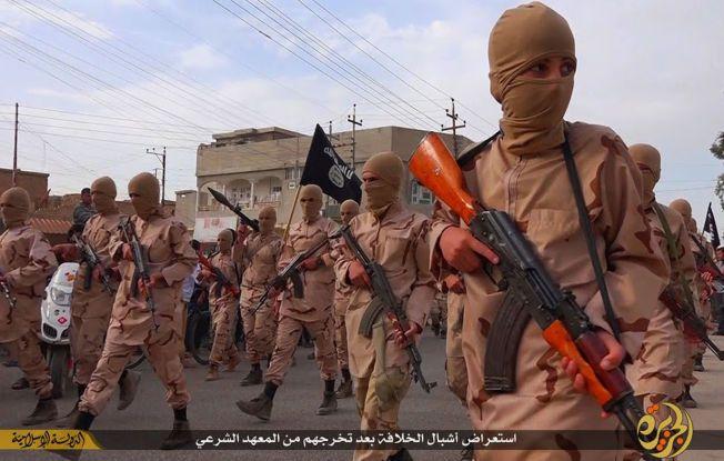 LØVUNGENE: Dette bildet er tatt 25. april i år og er fra en militant nettside. Det viser unge gutter som blir kalt «løvunger» av IS. De holder rifler og IS-flagg. Det skal angivelig være fra et treningsopphold i Tal Afar i Nord-Irak.