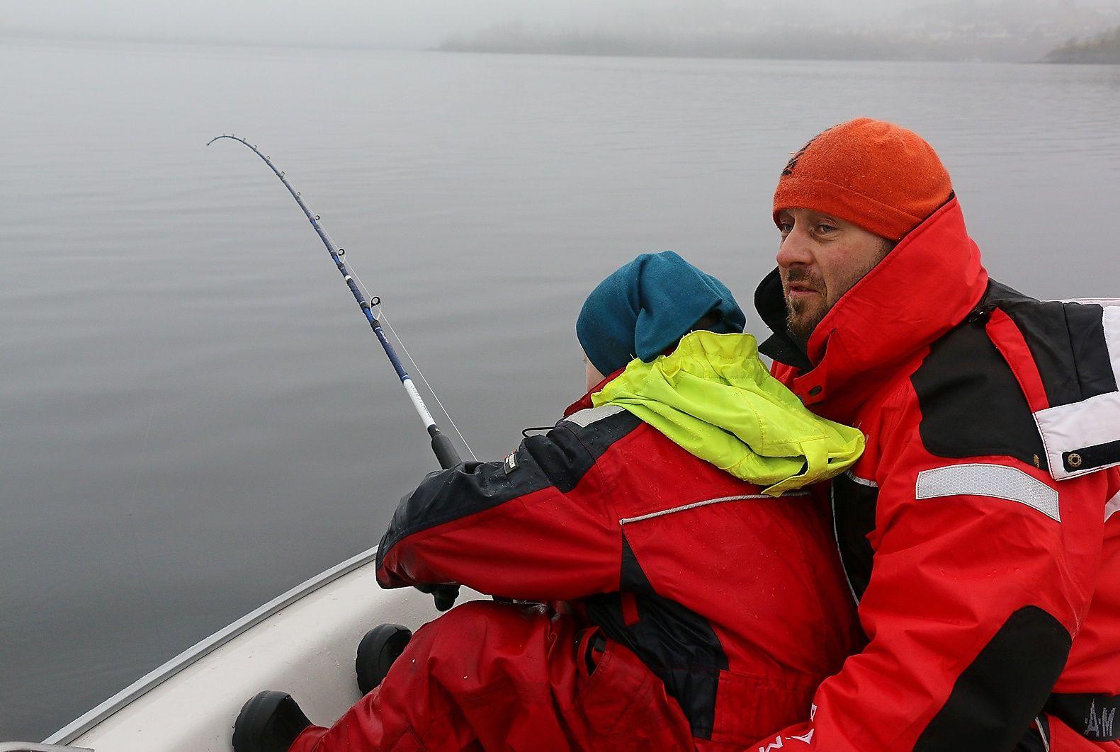 PAPPA PASSER PÅ: Femåringen Martin Klavins har godt grep i fiskestanga, men pappa Artur er aldri langt unna - og bistår når det napper.