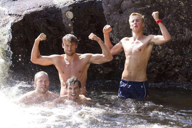 MINIATYRUTGAVEN: Det er lett å se hvem Even (til høyre) slekter på. Her bader han sammen med brødrene Petter og Tomas (foran Petter) i 2013. Svein Torp er også med.