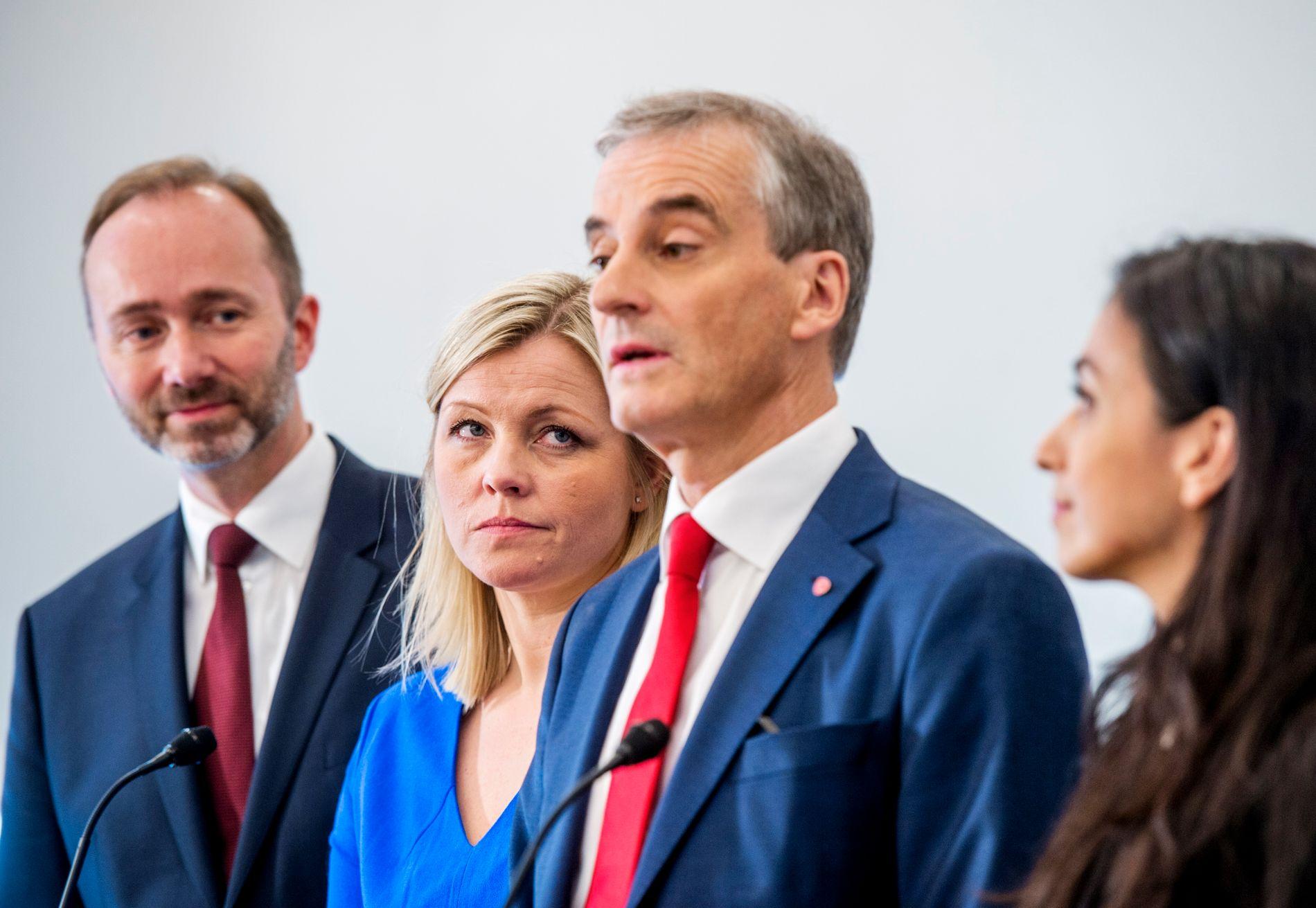 Partisekretær Kjersti Stenseng (til venstre for Støre) skal lede arbeidet med å evaluere Aps katastrofevalg.