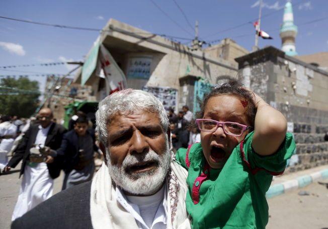 UNGT OFFER: En skadet jente skriker, mens en mann bærer henne bort fra den ene moskeen som ble angrepet på fredag.