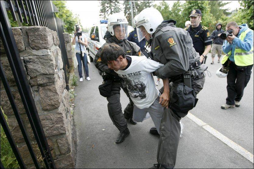 SKADET: En demonstrant skadet seg så mye at han ble frakter bort med sykebil. Foto: Scanpix