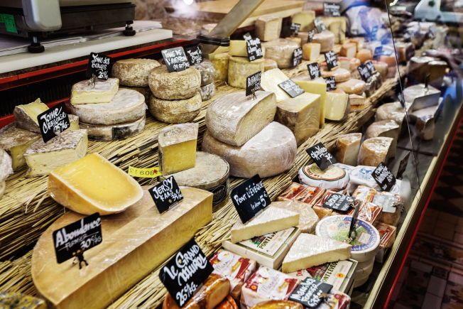 FRANSKE OSTER: Her fra ostebutikken  Fromager Affineur ved Marche d'Aligre i Paris.