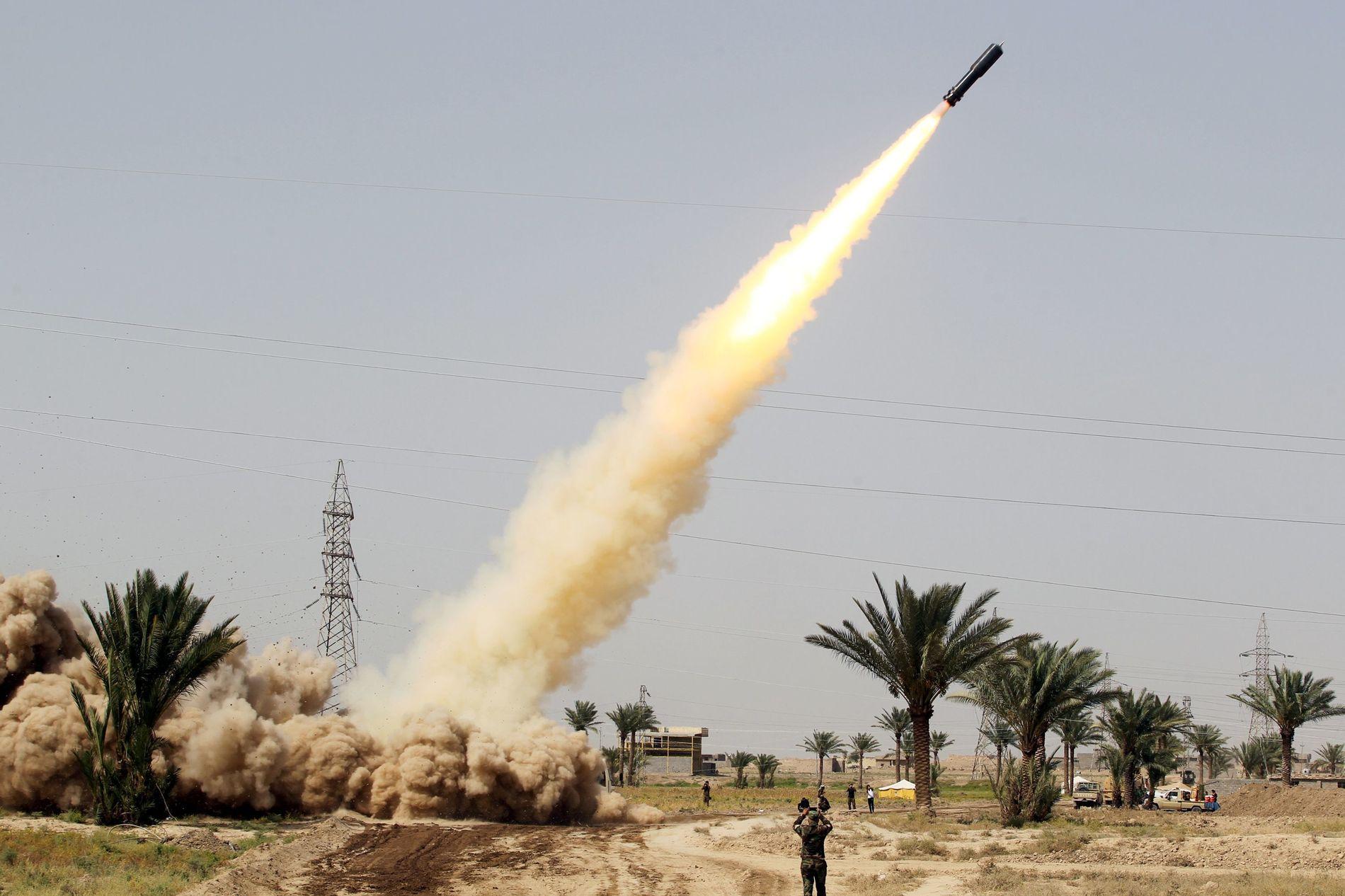 HARDE KAMPER: Irakiske regjeringslojale styrker avfyrer en rakett fra al-Azraqiyah og mot IS inne i Fallujah.