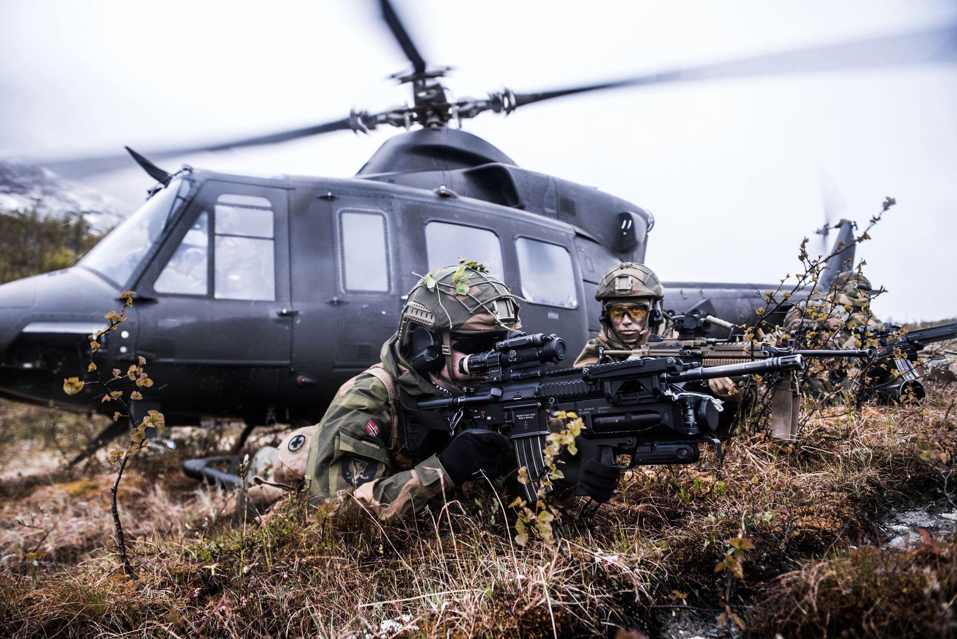 KNAPP RESSURS: Soldater fra 2. bataljon øver med helikopterstøtte på Setermoen