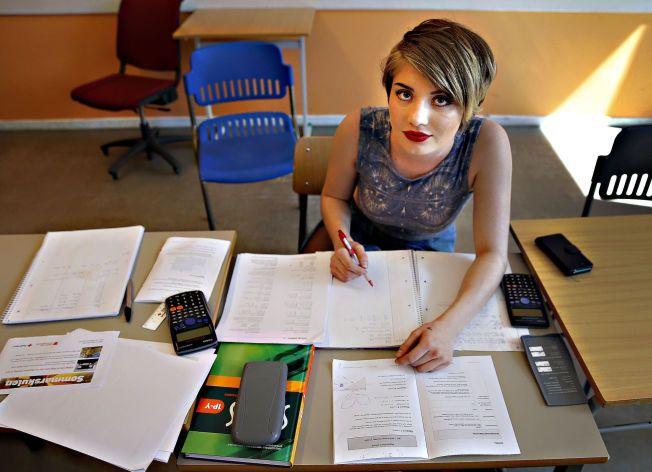 LØSER SOMMER-MATTE:  Stephanie Page (20) har tatt fagbrev som kokk, men trenger en matematikk-eksamen for å ha endelig fullført kokkeutdannelse. Derfor svetter hun over matematikkoppgavene på sommerskolen mens andre unge soler seg eller jobber i sommerferien.