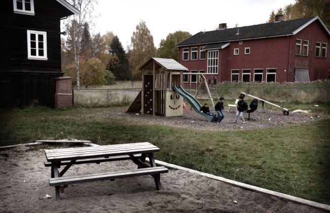 LEKEPLASS: Henriette Henriksen og Linn Bergly lurer på om denne lekeplassen er godkjent.