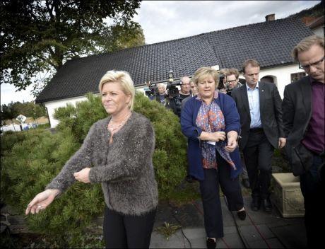 NY STEMNING: Høyre-leder Erna Solberg og Frp-leder Siv Jensen på vei til pressekonferansen under dag to av regjeringsforhandlingene på Sundvolden. Foto: Harald Henden