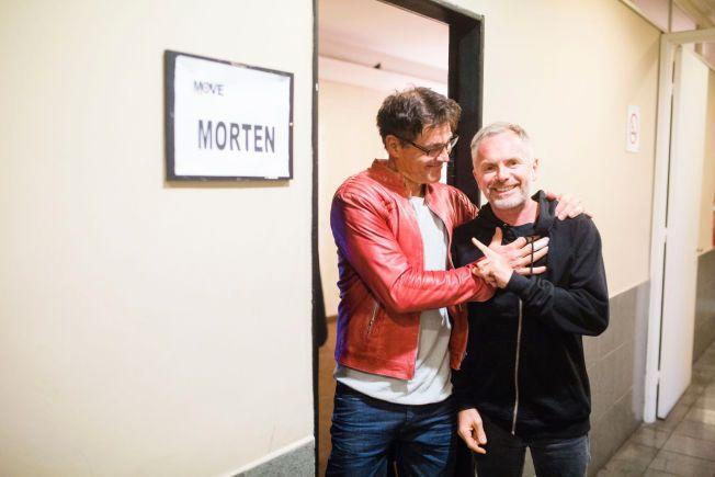 I GODT HUMØR KVELDEN FØR KVELDEN: Morten Harket fleiper med trommeslager Karl Oluf Wennerberg foran garderoben sin i Luna Park, Buenos Aires.