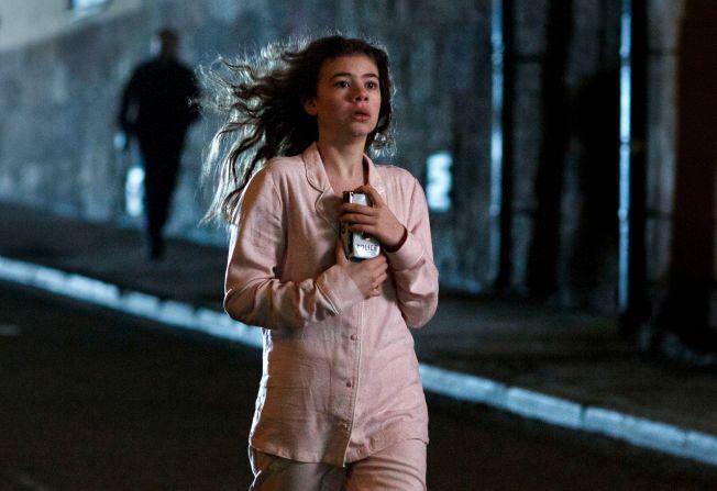 SPENNING: Esmeralda Struwe i rollen som Stina Vik, her forfulgt av en mystisk mann i serien basert på Anne Holts «Pengemannen».